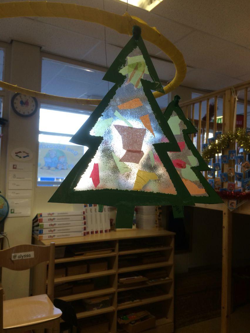 Kerstboomhanger voor kleuters. Laat ze de binnenkant uitprikken, plak er plakplastic achter en laat ze het versieren. Glitters erop en klaar!