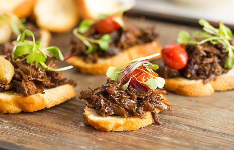 aperitivo-bruschetta-de-acem-desfiado-com-tomate-e-mini-cebola-academia-da-carne-friboi