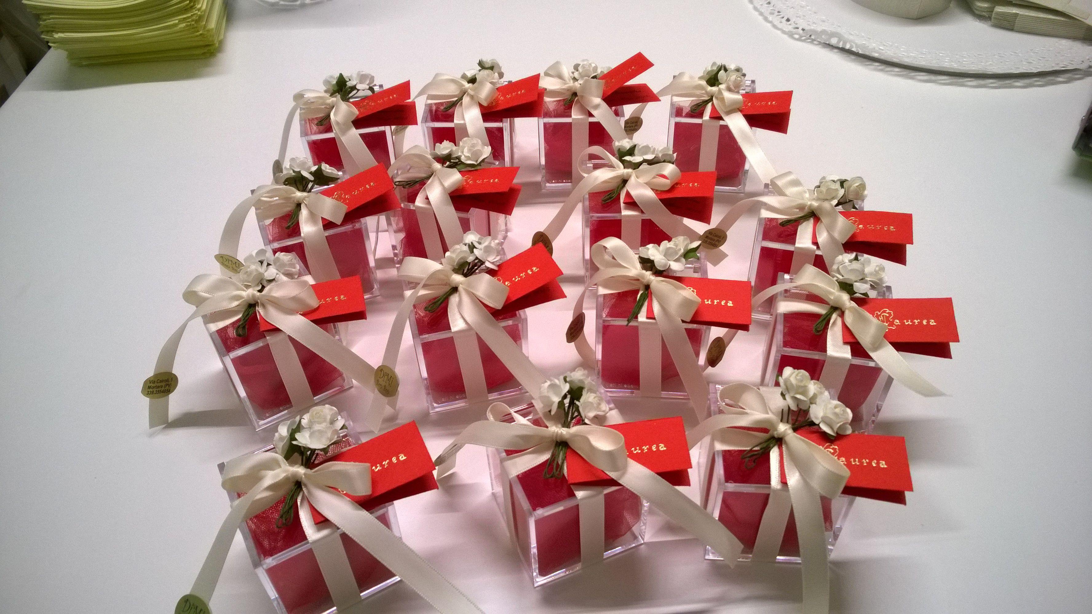 Bomboniere per Laurea. Scatola in  plexiglass con  confetti rossi al   cioccolato e confezionata con nastro in raso e fiori. e54afc555e82