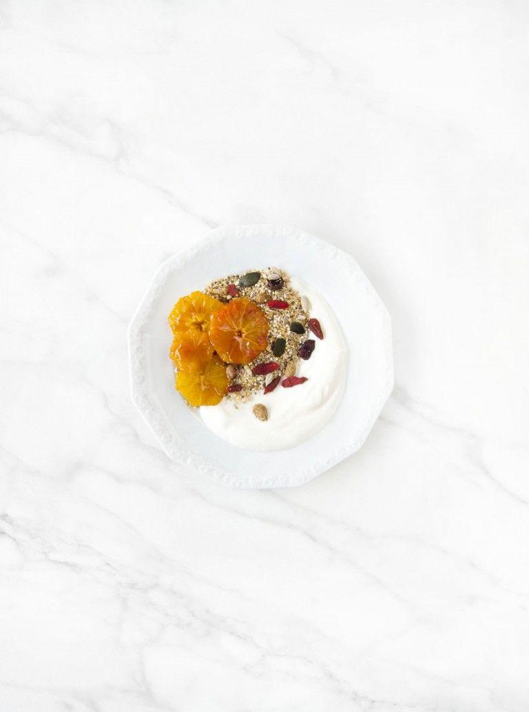 Superfood Powerfrühstück. Samen und Körner. Bio Seedheart Very Berry Frühstücksmischung. Obst. Honig. Rezept auf unserem Blog, Zutaten in unserem Shop | Gegessen wird immer