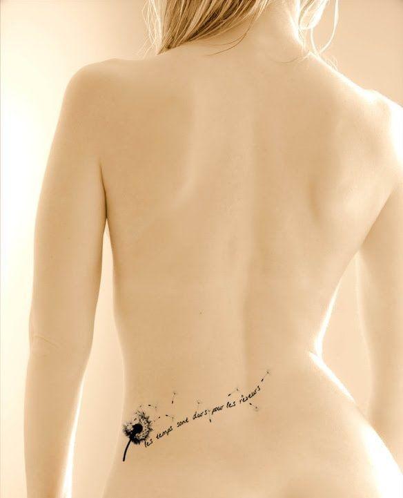 tatouage discret bas du dos ecriture avec fleur de pissenlit s