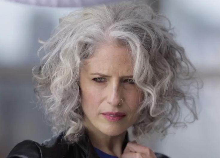 Oh mein Gott. Mit dieser silbernen Frisur werden alle meine Träume wahr. Weiche Locken und ..... #perfecteyebrows
