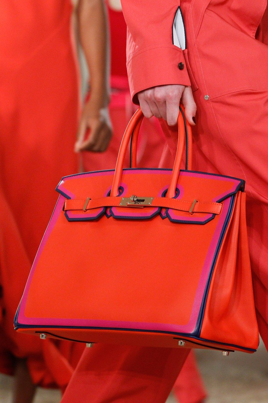 Hermès Resort 2018 collection, runway looks, beauty, models, and reviews. 82af68cd8d7