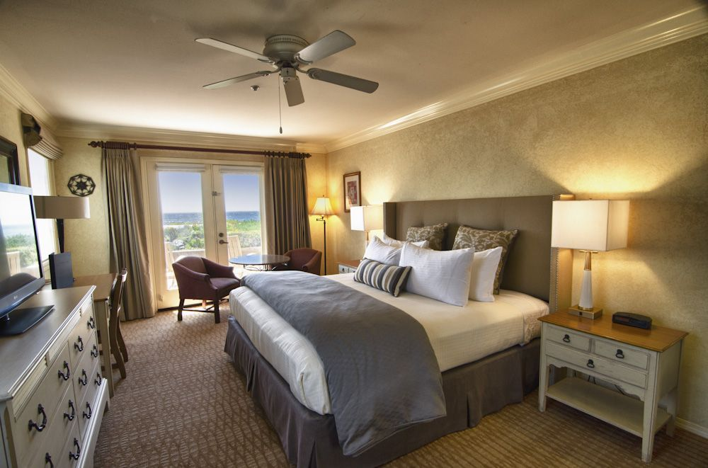 Hotel In Cambria Ca Pelican Inn Suites Pacifica Hotels Suites Hotel Hotels Room