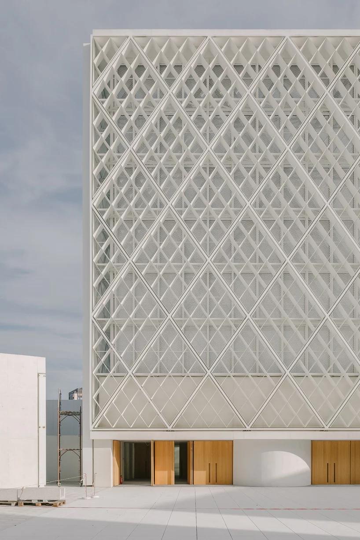 Guilherme Da Rosa Captures The Clean White Lines Of Bevk Perovic S Islamic Center In Ljubljana Facade Architecture Design Office Building Architecture Facade Architecture