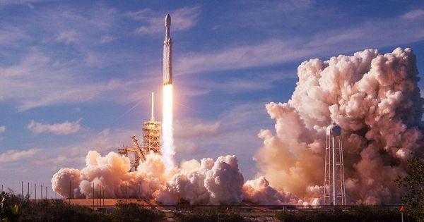 إنجاز لشركة سبيس إكس: هبوط ناجح بثلاثة صواريخ دفع لصاروخ فالكون هيفي ...