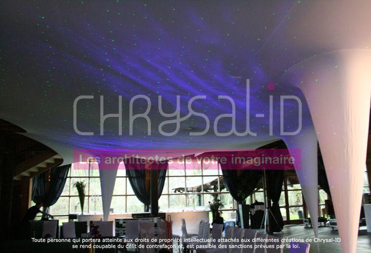 """www.chrysal-id.com Pour mettre en scène la célébration d'un mariage, Chrysal'ID a installé un ensemble enveloppant l'espace : une structure """"Stalact'ID"""" accompagnée d'une projection lumière """"ciel étoilé"""".  Cela a permis de recréer dans la salle principale un cocon intime pour la cérémonie."""