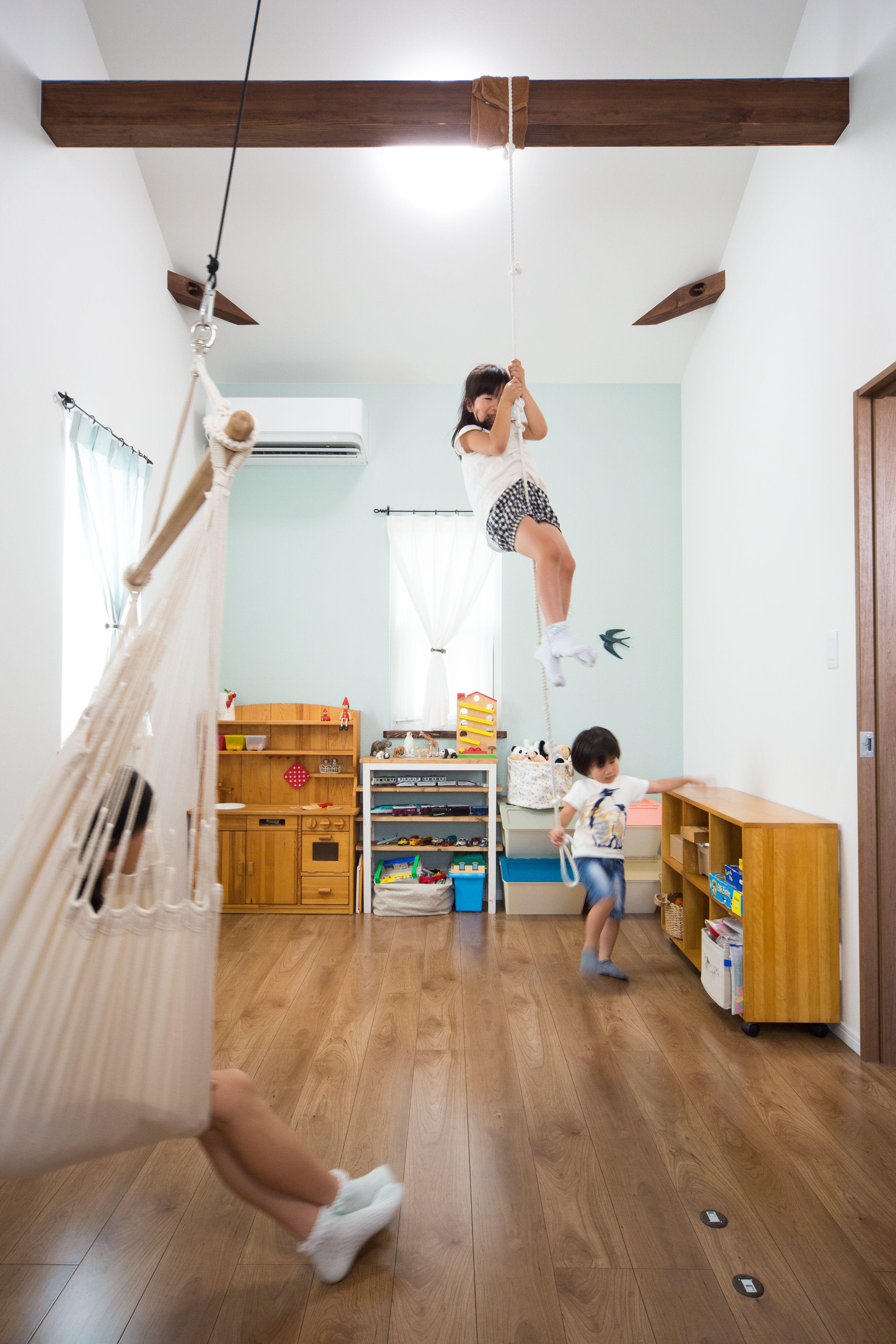天井の梁にハンモックや子供達が遊べるロープを取り付けました
