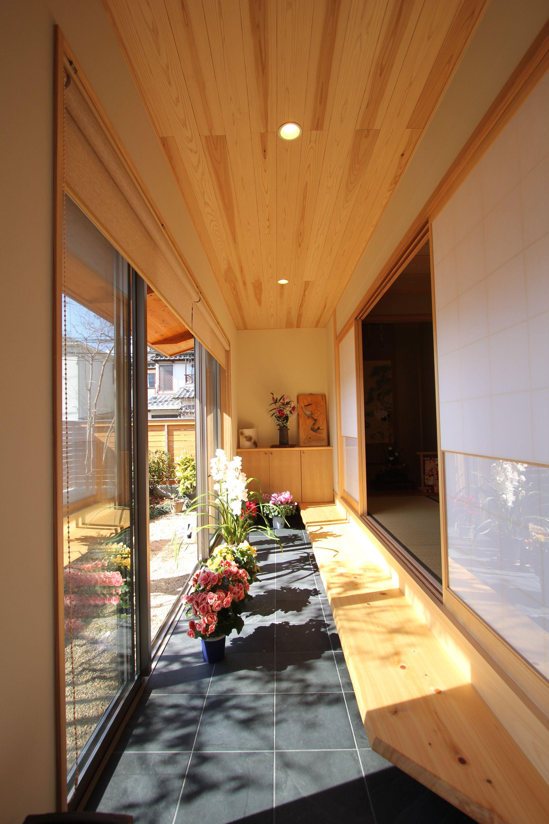 玄関土間は庭ともつながる縁側のような役割も兼ねています 縁側の