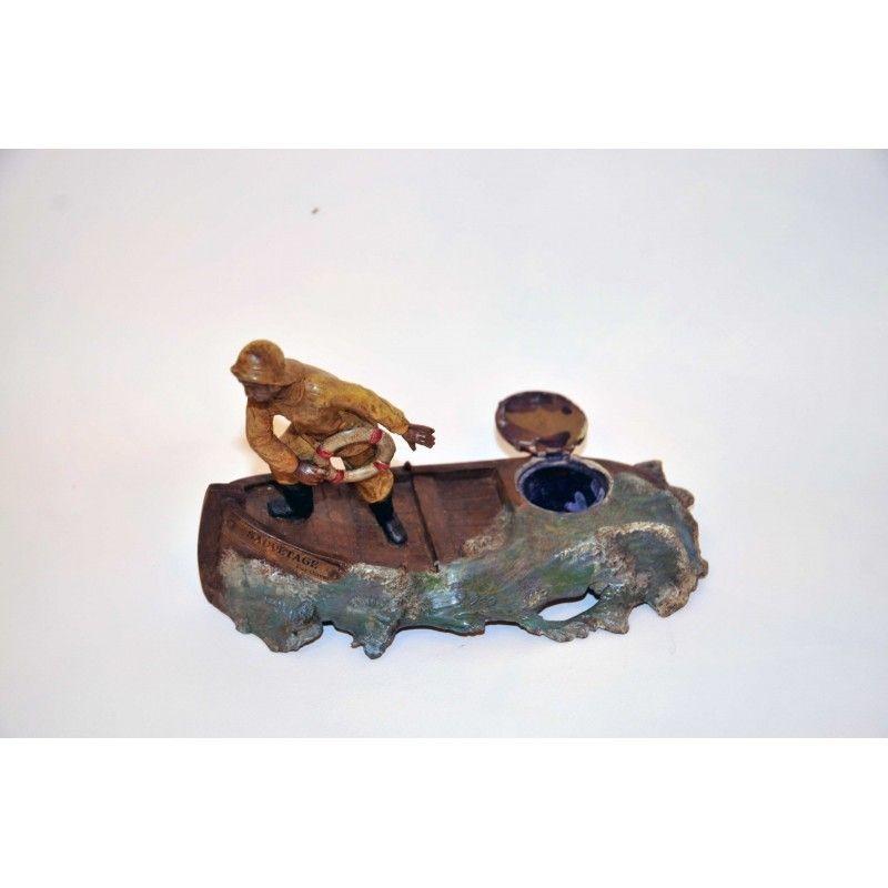 Encrier en métal blanc (régule) polychrome de 1920 fabrication française représentant un sauveteur marin.