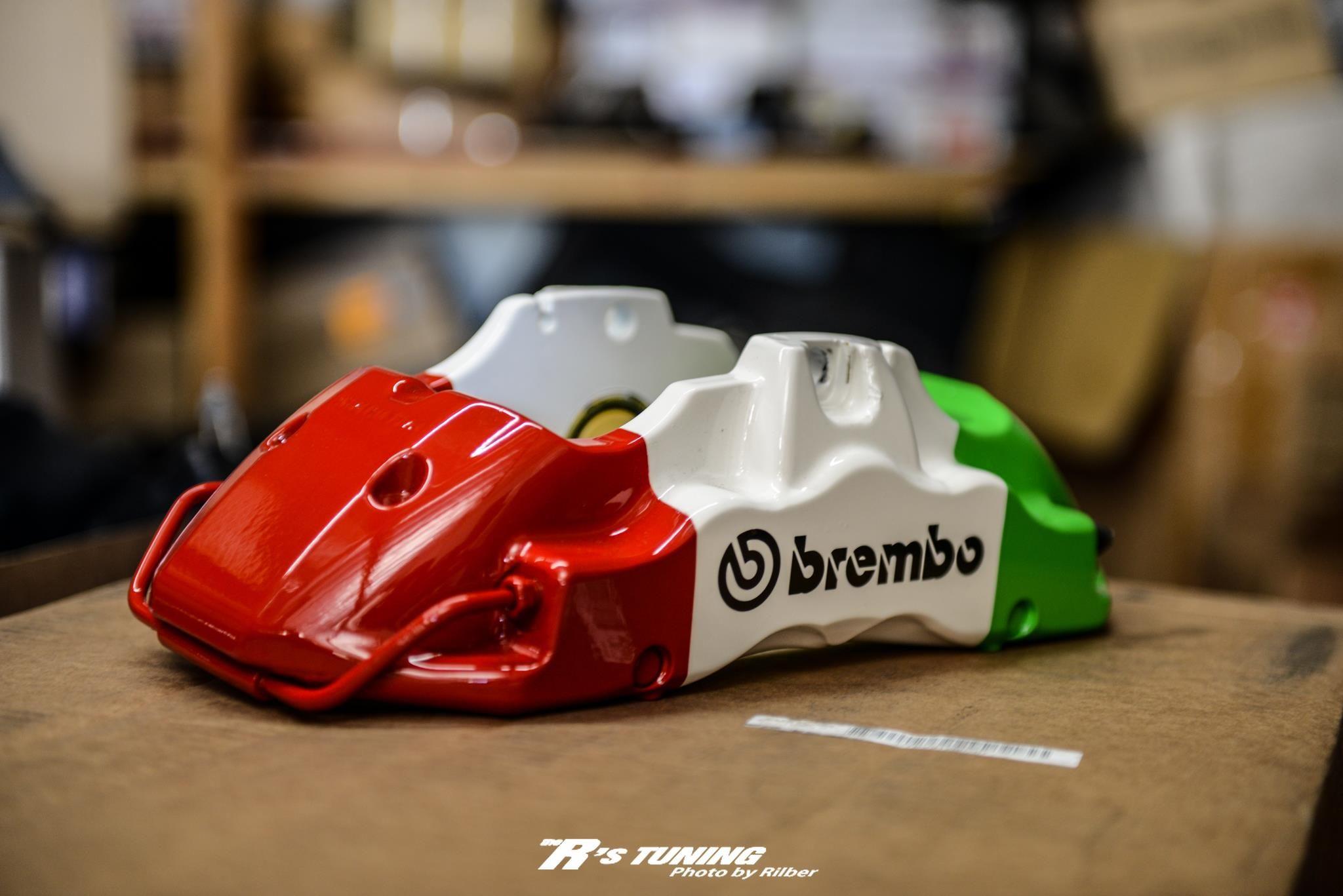 brembo - ferrari brake calipers in colors of italian flag