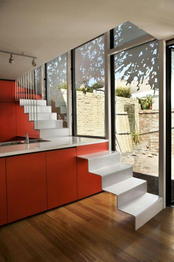 arbeitsplatten für küchen orange kücheninsel weiße treppe große