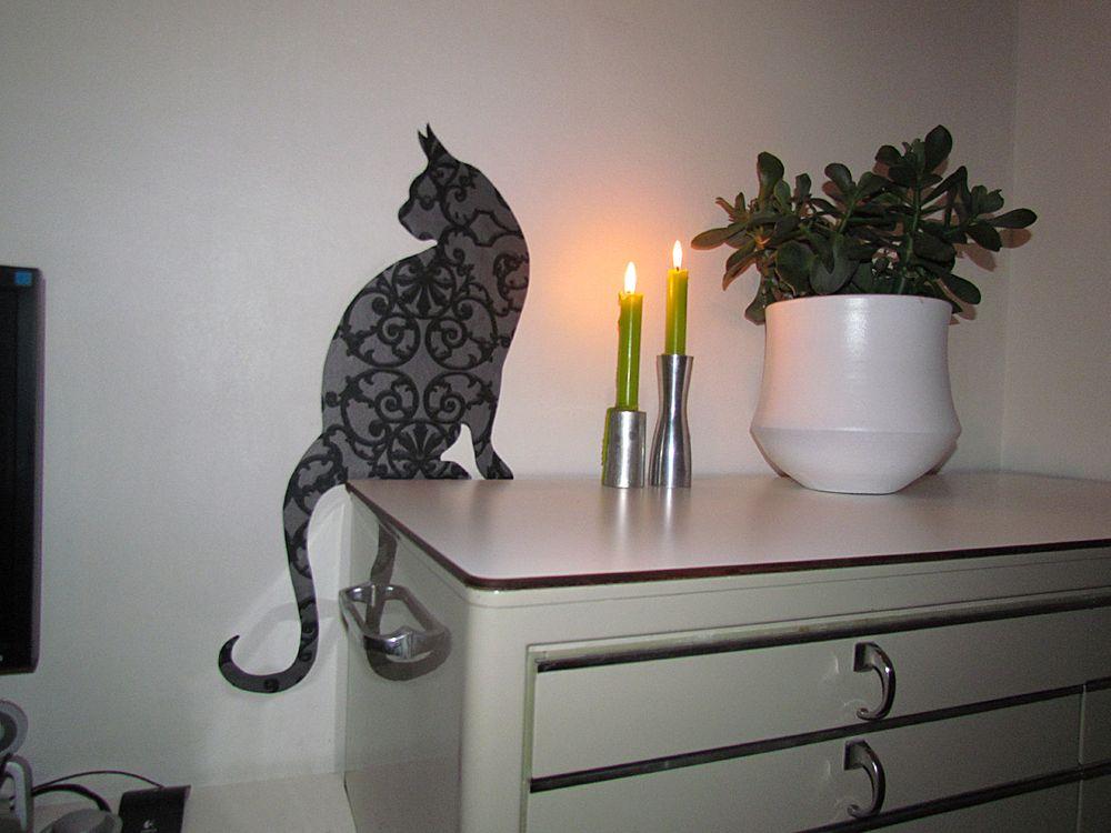 Behangfiguur Kat in een mooi barok-patroontje!