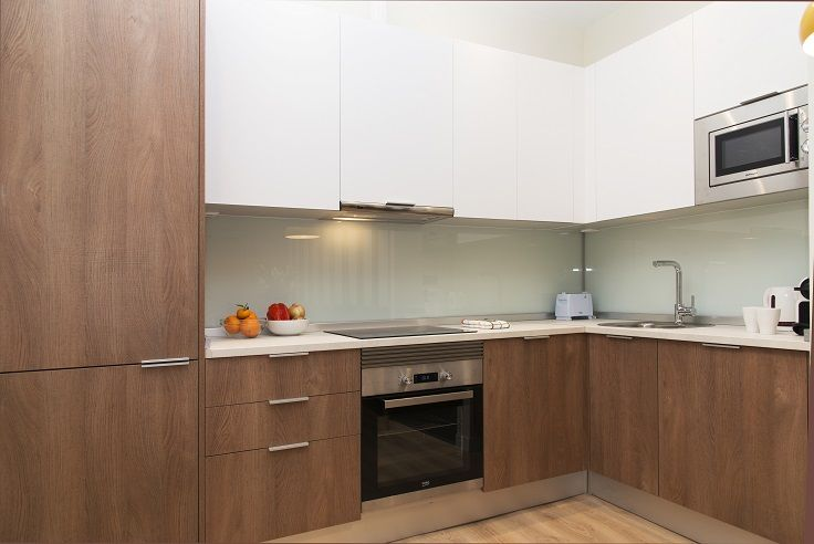Cocina apartamento Blanca y Madera | Centro de madrid, Cocina blanca ...