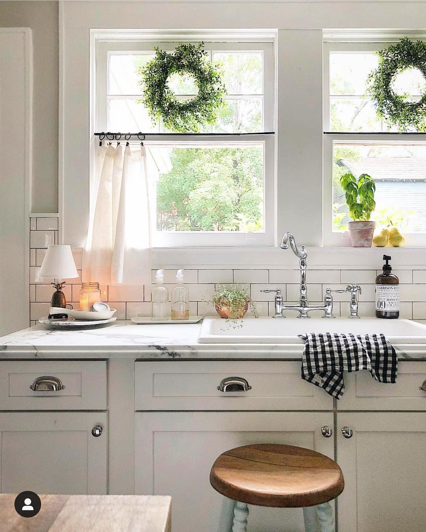 pin by arin o brien on dream house in 2020 country kitchen kitchen decor farmhouse kitchen on farmhouse kitchen valance ideas id=38227