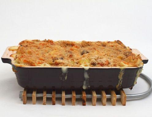 Für die winterliche Maroni-Lasagne die Erdäpfel schälen und ebenso wie den Kohlrabi, Sellerie und/oder Karotten in Scheiben oder Würfel schneiden.