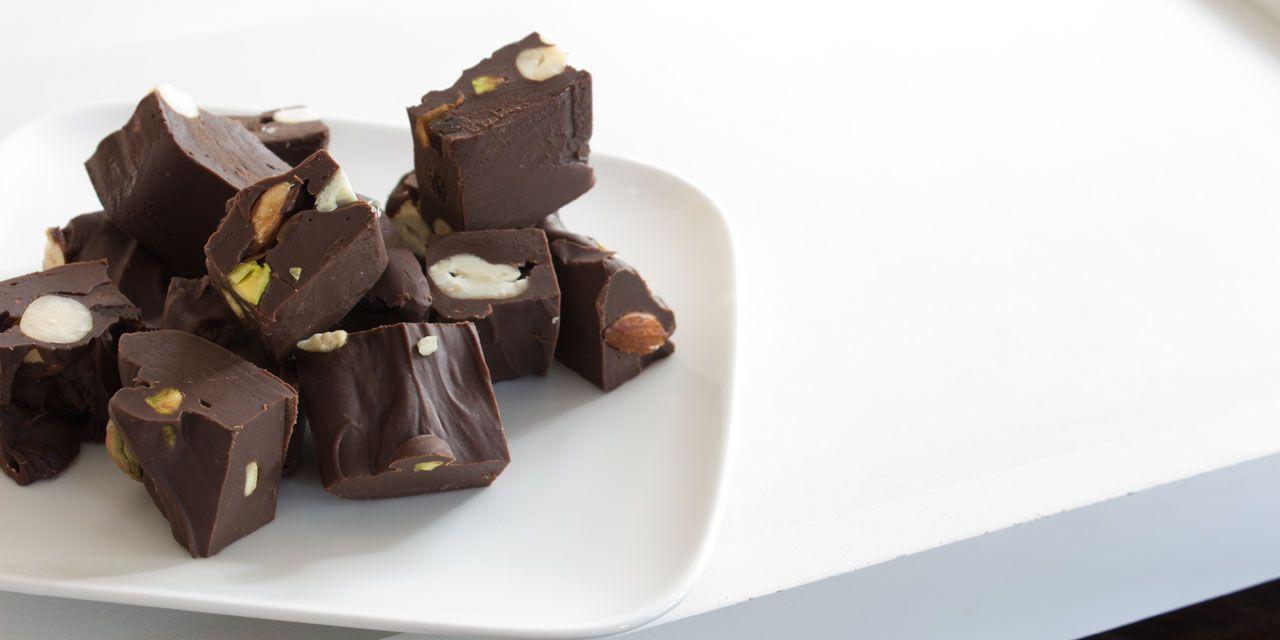 Chocolade-fudge met nootjes.