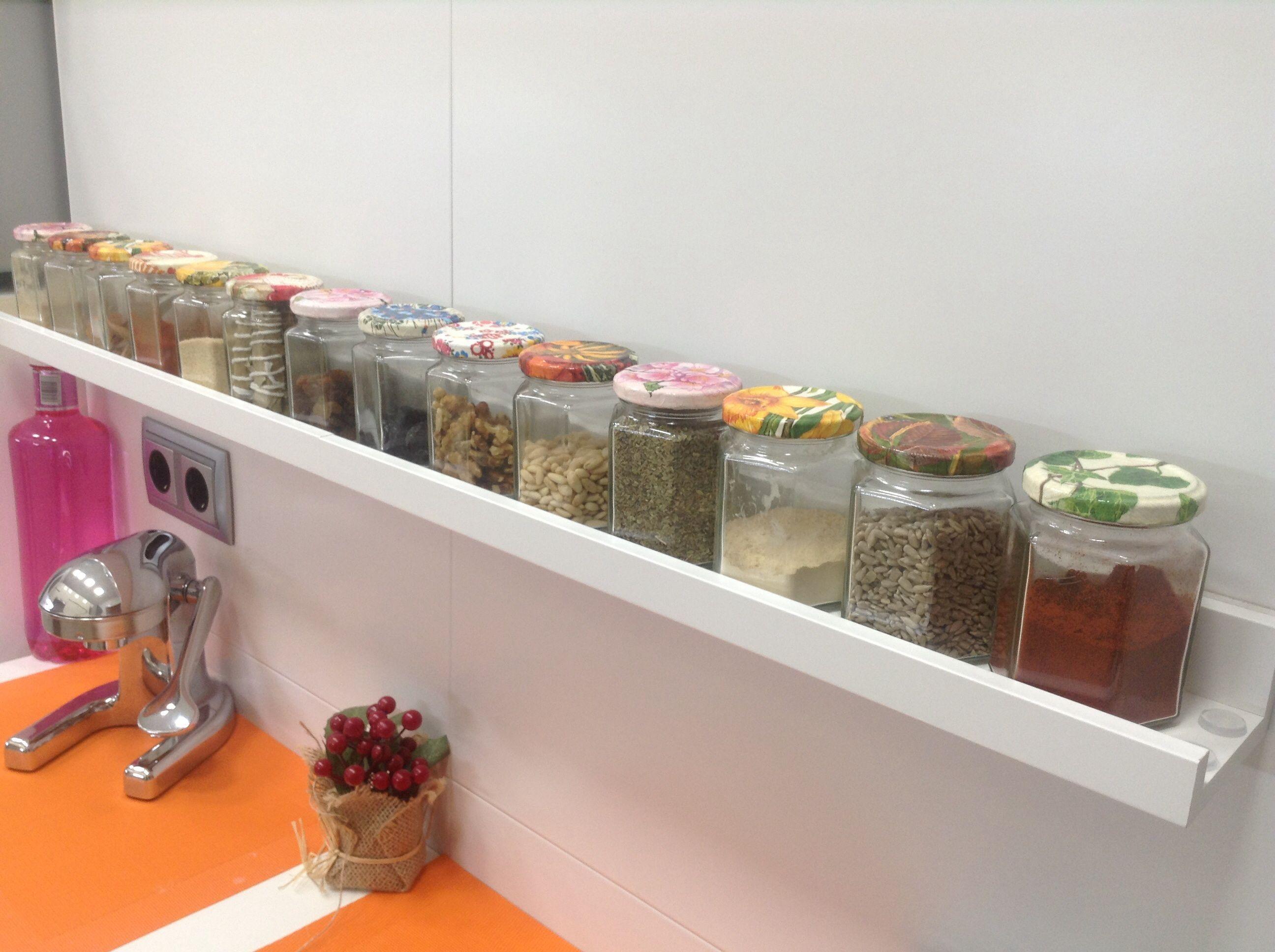 Especieros ralizados con tarros de mermelada con las tapas for Ikea baldas cocina