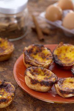 Adoriamo il Portogallo e le sue ricette della tradizione! I pasteisdenata (Portuguese custard tarts) sono tortine farcite di crema, diffuse da metà Ottocento dai monaci che le producevano. Ottime con zucchero a velo e cannella