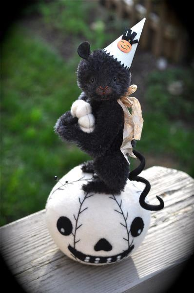 Adorable Lori Ann Corelis Pin cushion  Everything Lori makes is wonderful !!  Photo via Lori .....