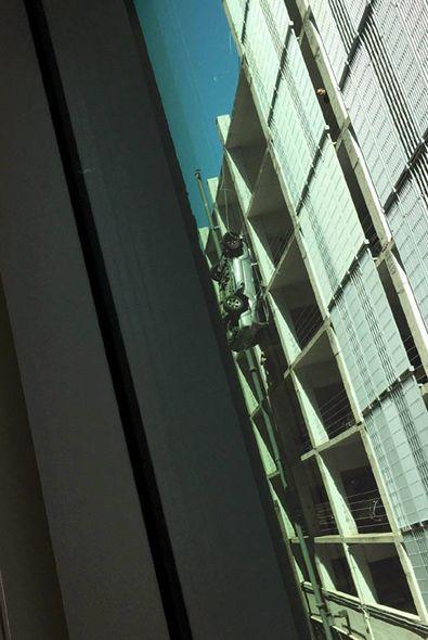Coche colgado de un edificio