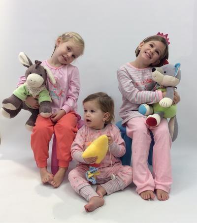 Die Schlafanzüge von Schiesser kombinieren zuckersüsse Designs mit bester Qualität und den besten Materialien. Von klein bis gross können Sie von Pyjamas in verschiedensten Motiven auswählen - das perfekte Geschenk für die kühlen Weihnachtstage.