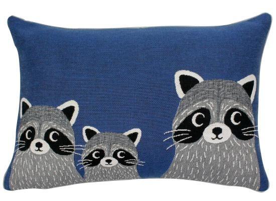 Jo indigo rectangulaire: coussin représentant une famille de ratons laveurs.... trop mignon !