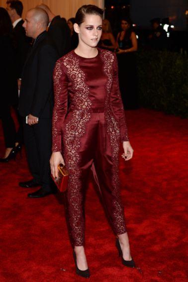Nr. 5: Kristen Stewart Det er ikke alle, der kan bære en heldragt med ekstra volume i buksebenene, men det kan Kristen. Hun ser skøn ud i sin buksedragt fra Stella McCartney, og farven er perfekt til både aftenens tema og kristens mørke hår og lyse hud.