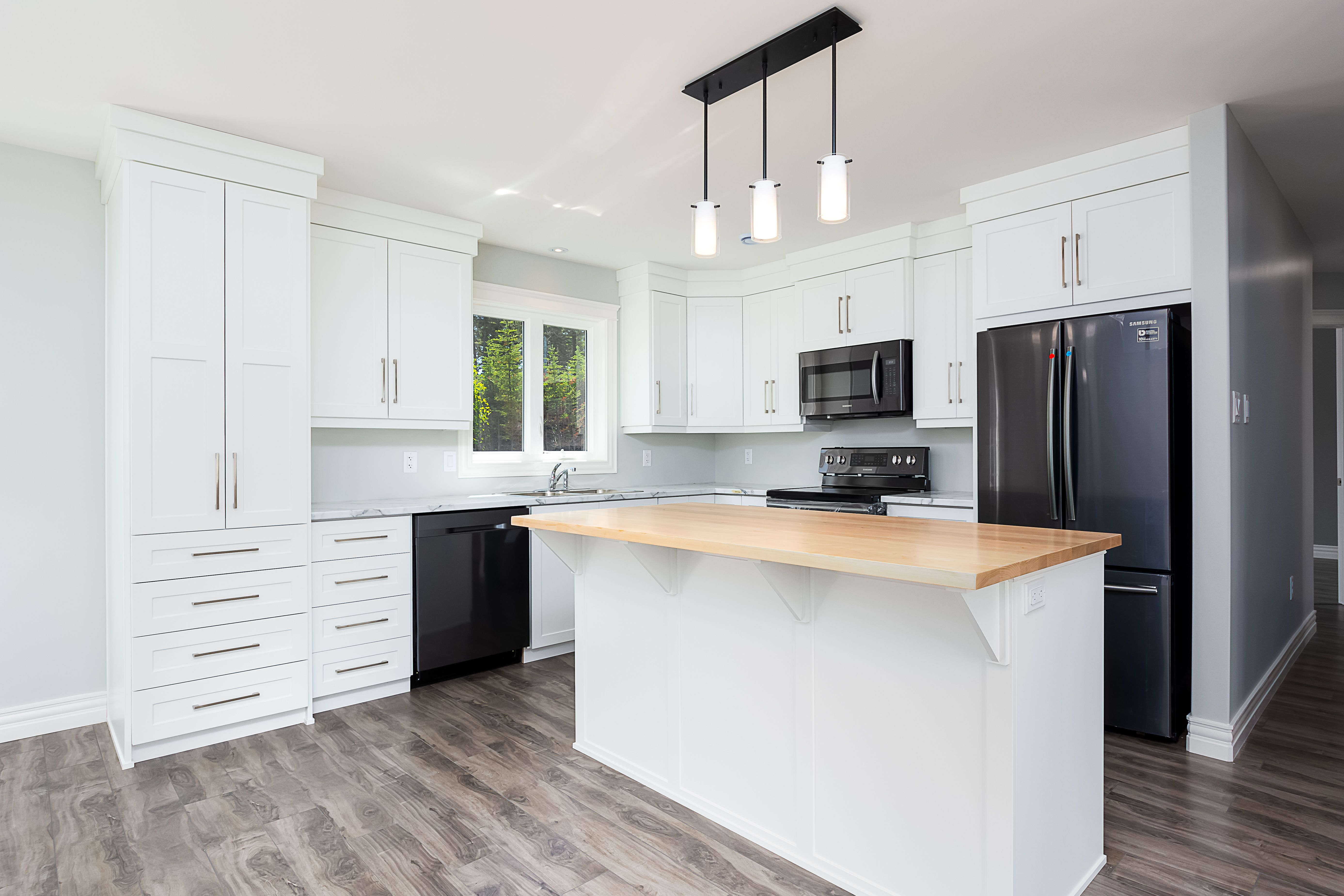 The contrasting colours of the countertop and cabinets in ...