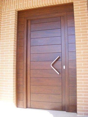 Puerta de entrada moderna para exterior en madera maciza y for Puertas de madera para exterior