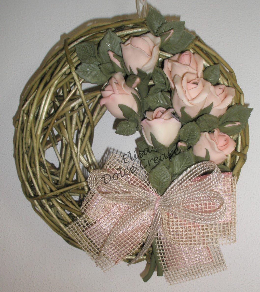 Ghirlanda verde 20x20cm con boccioli di rose rosa