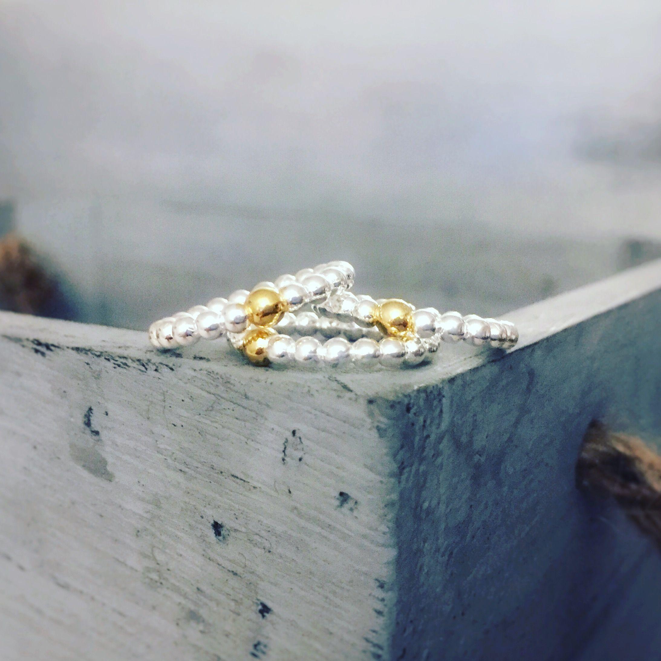 Anillo aura de plata de ley con bola chapada en oro de 3 micras. Pompón de Plata.
