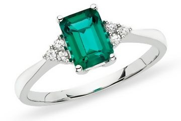 i would gladly wear this as an engagement ring :) love emeralds