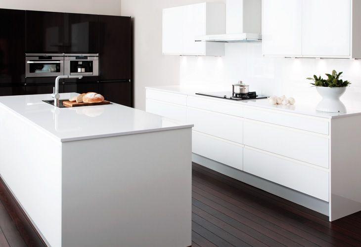 Tämän keittiön alakaapisto miellyttää silmää. Pöytätaso voisi olla vaikka tammea.