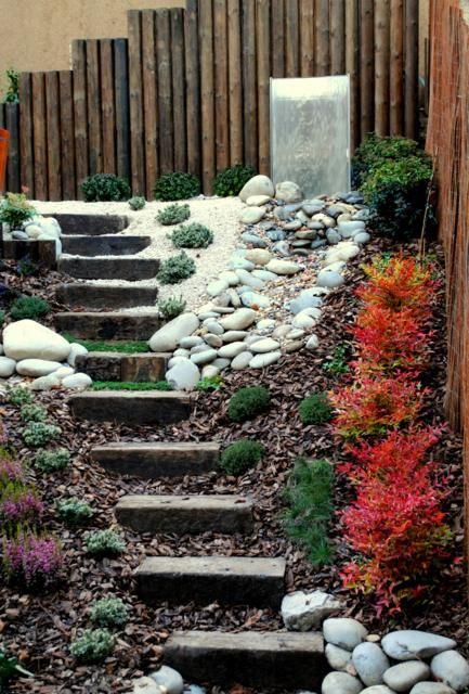 Un jardín pequeño, solamente 45m2, pero con una importante pendiente. La transformación es increíble.
