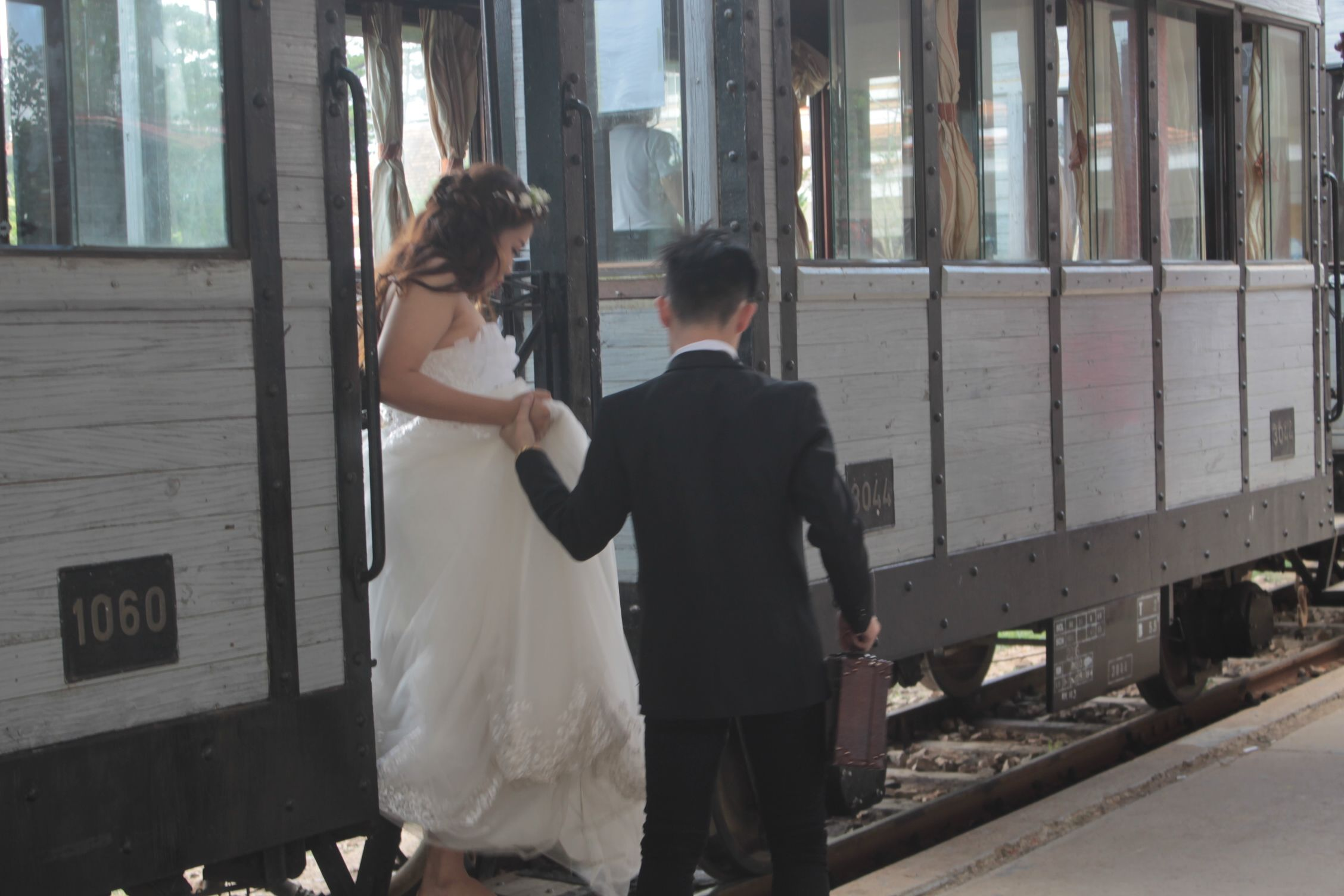 Sesión de fotos de boda en la estación de tren