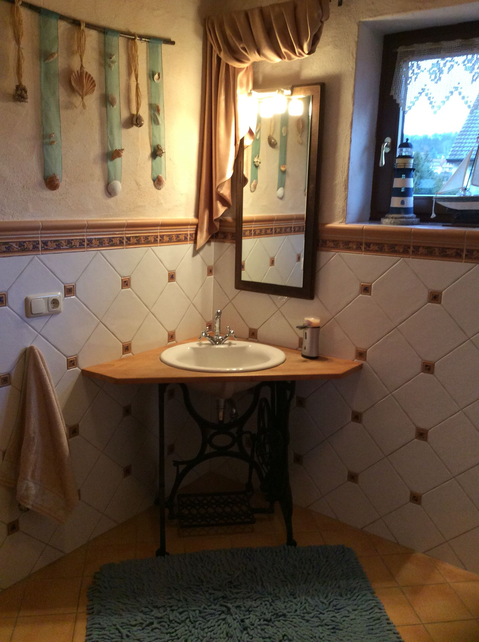 Waschtisch aus altem Nähmaschinengestell. Der Spiegel wurde auf ... | {Waschtisch altholz kaufen 94}