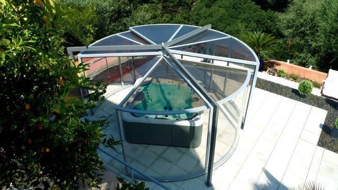 L\'abri de spa panoramique permet une vue exceptionnelle sur son ...