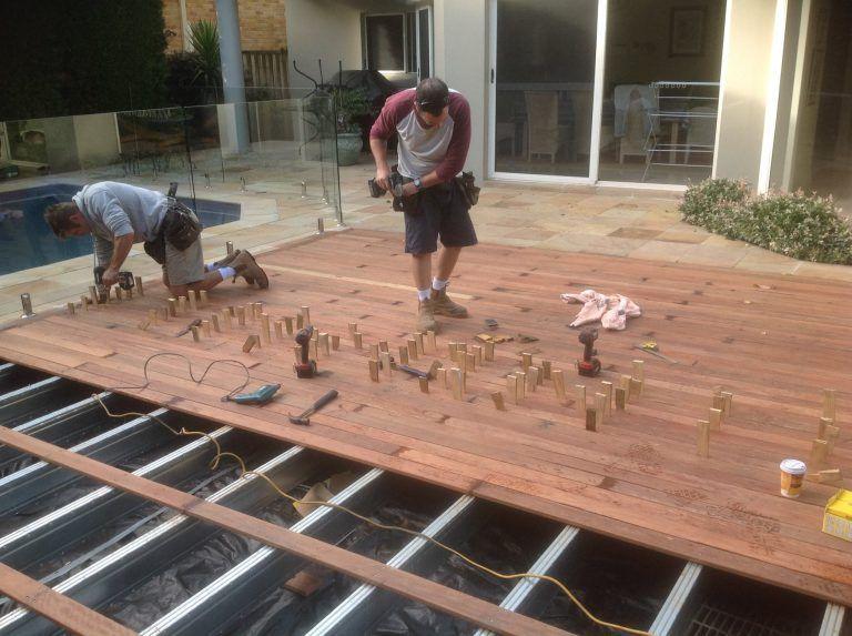 Decking Boards Being Installed Over A Boxspan Xtra Protective Coating Lowset De Instalacion De Pisos De Madera Casas De Vidrio Estructuras Metalicas Para Casas