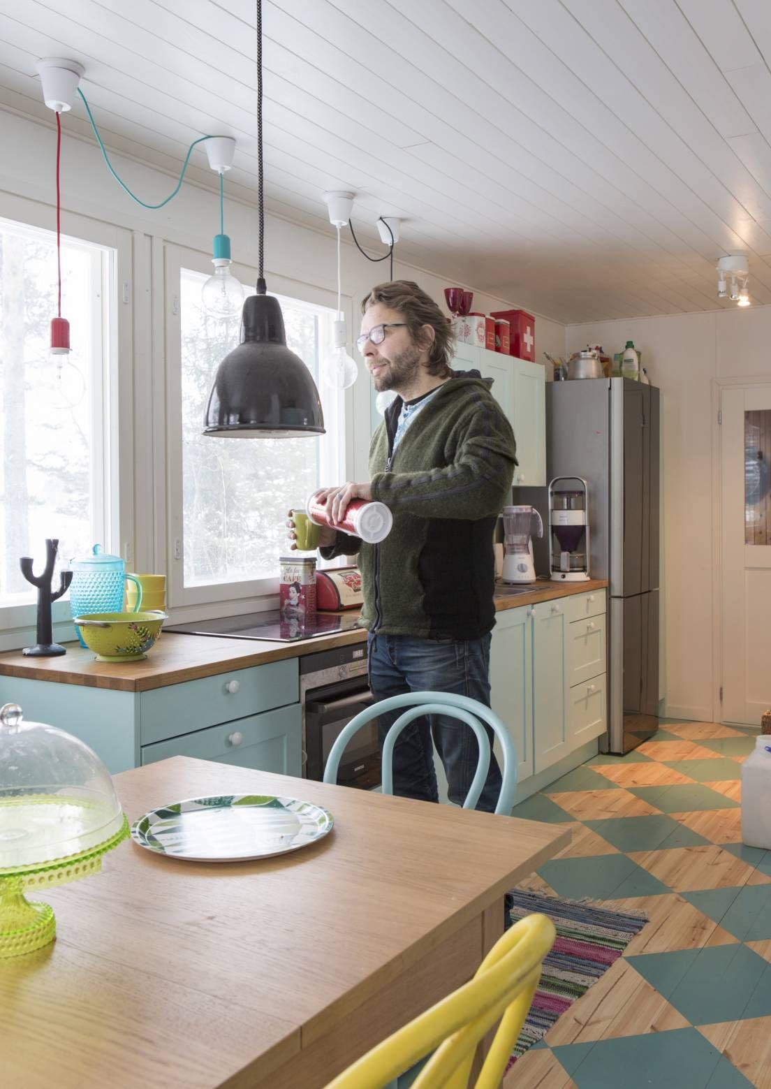 Luonnonläheistä mökkielämää – stand up -koomikko Ilari Johansson rentoutuu omalla pikku saarellaan Heinolassa   Meillä kotona
