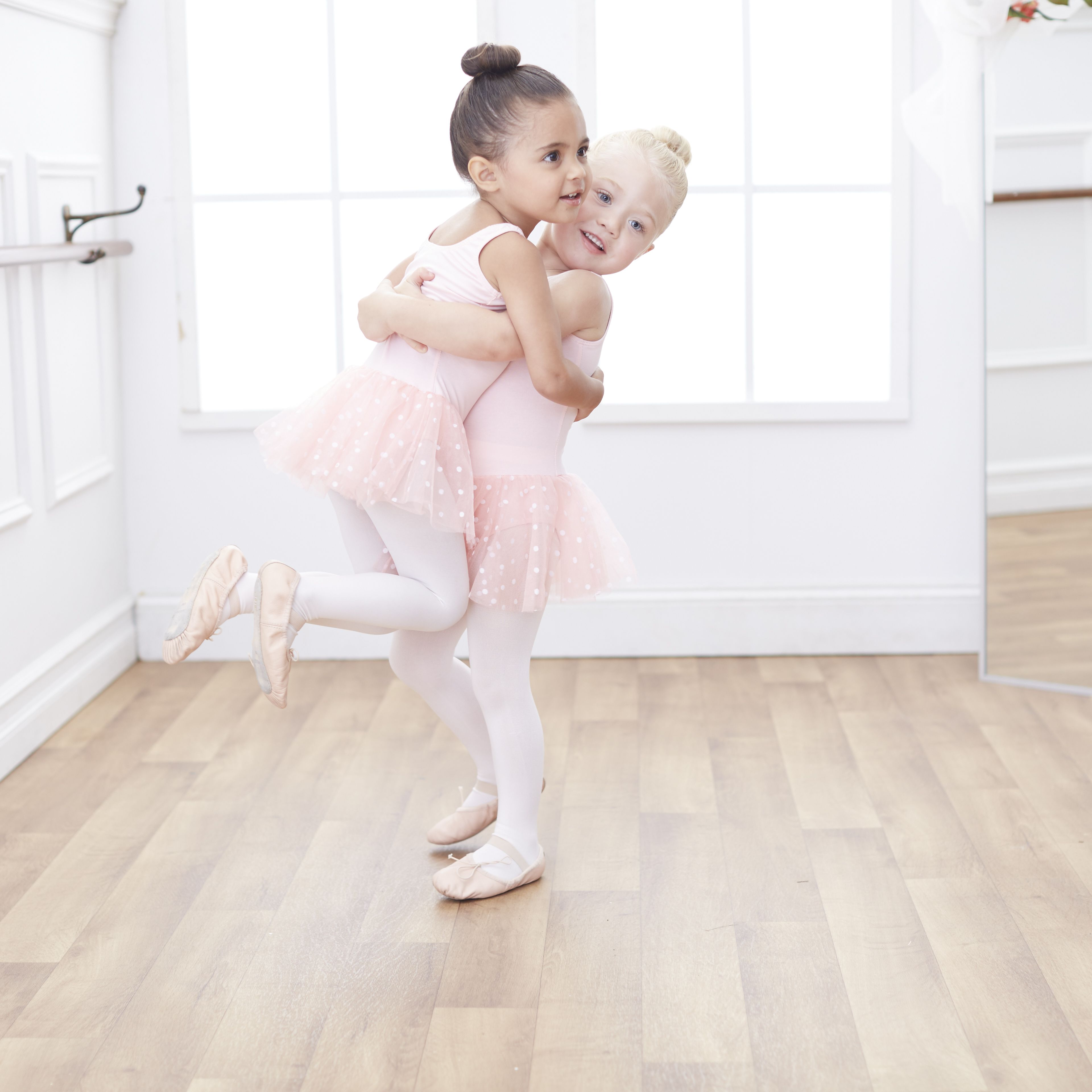 57476532a 3-year-old  besties Ever and Ava love to learn new dance moves ...