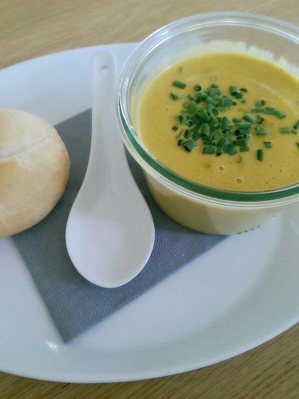 Pikante Thai Suppe mit Kokos und Hühnchen. Einfach, schnell und lecker.