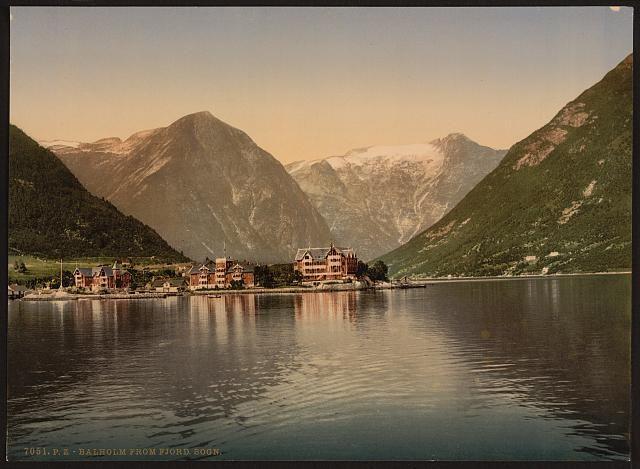 Balholm (i.e., Balestrand) from the fjord, Sognefjord, Norway ca 1890-1900  Balestrand er en kommune i Sogn og Fjordane. Den ligger nord for den midtre delen av Sognefjorden. Den grenser i nord til Førde, i øst til Sogndal og Leikanger, i sør til Vik, og i vest til Høyanger og Gaular.