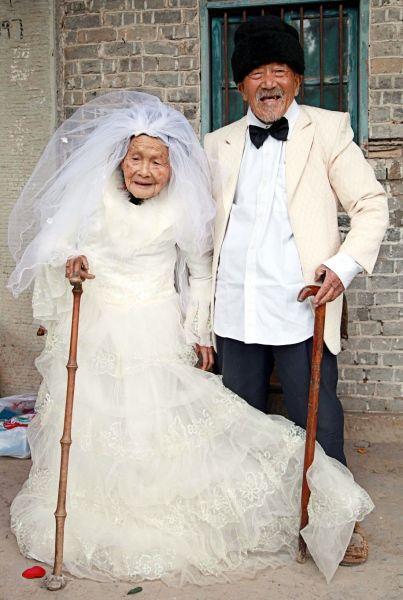 Wie süß ist das denn! Sie sind aus China, 101 und 103 Jahre alt. Sie haben vor 80 Jahren geheiratet … was für ein Bild !!!