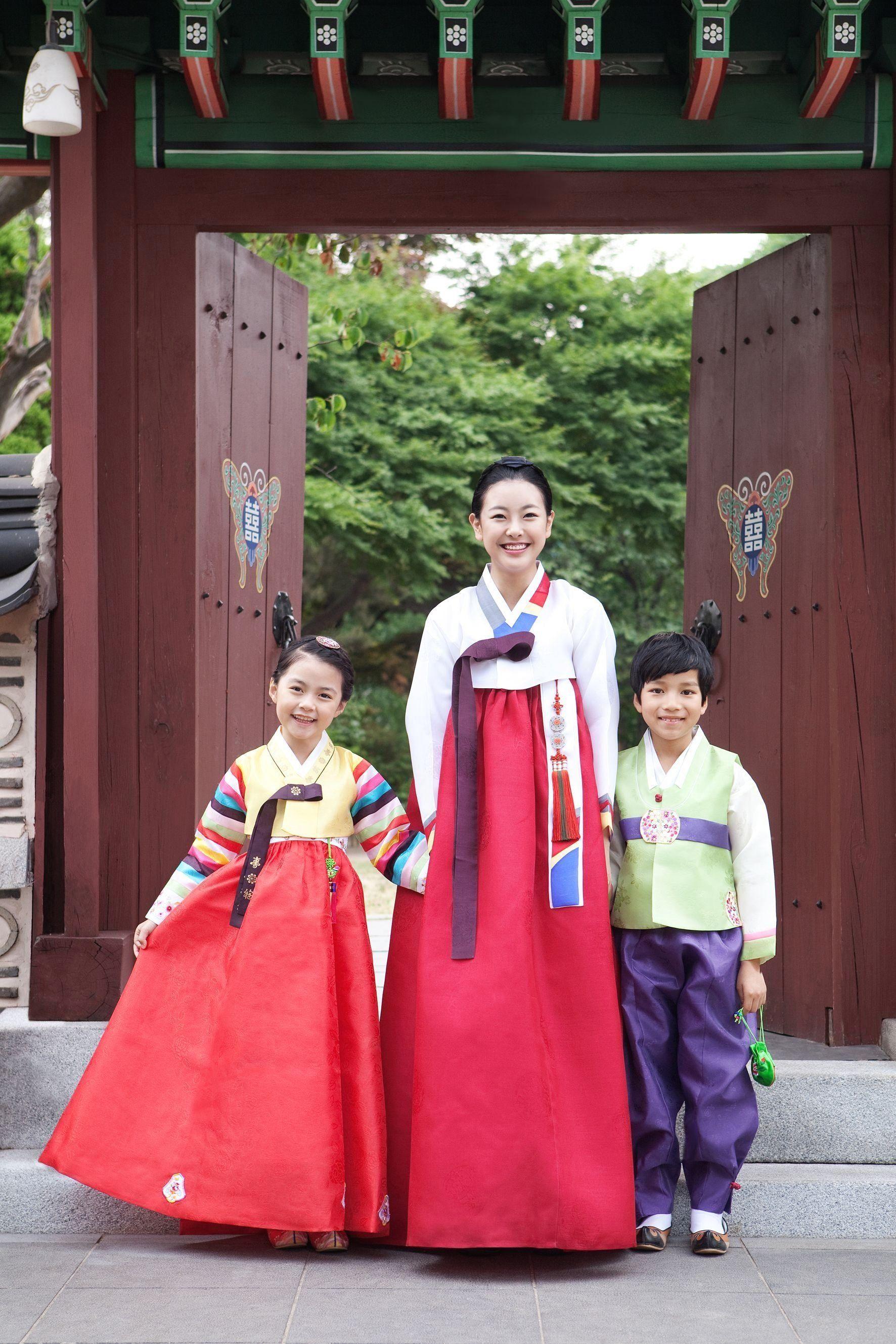 Happy Chuseok Chuseok Is Korean Thanksgiving A Day Where Families Visit Their 1000 In 2020 Korean Thanksgiving Korean Traditional Dress Traditional Outfits