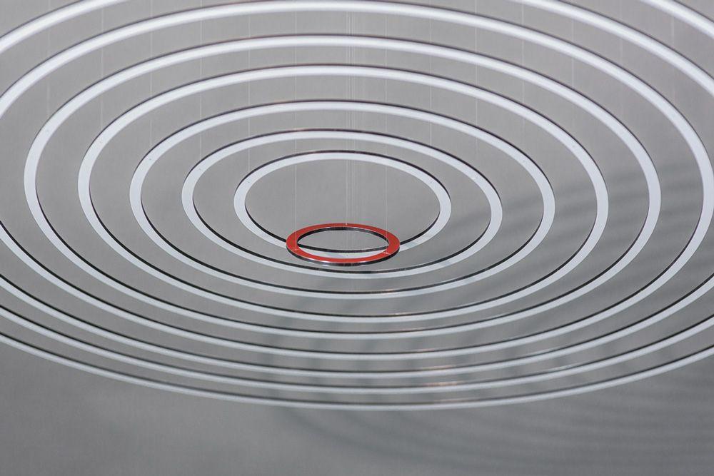 Circuconcéntricos blanco y rojo (2013). Painted dibond. 100 cm diameter. © Elias Crespin