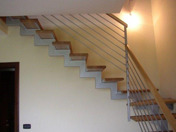 Ringhiera in ferro per scala in legno moderna ringhiere for Coprigradini per scale in legno