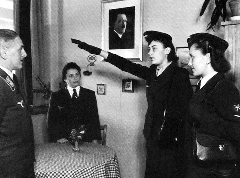 Female Luftwaffe Auxiliaries (Luftwaffenhelferin)  hail Hitler .