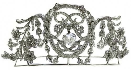 Chaumet, c. 1905, created for Dolores de Yturbe, la belle Mexicaine, wife of the Mexican ambassador to Spain. Her jewels by Chaumet and Cartier often bore this distinctive monogram, the double L. Three smaller brooches and 2 pendant drops could be detached. Source: Alain Truong