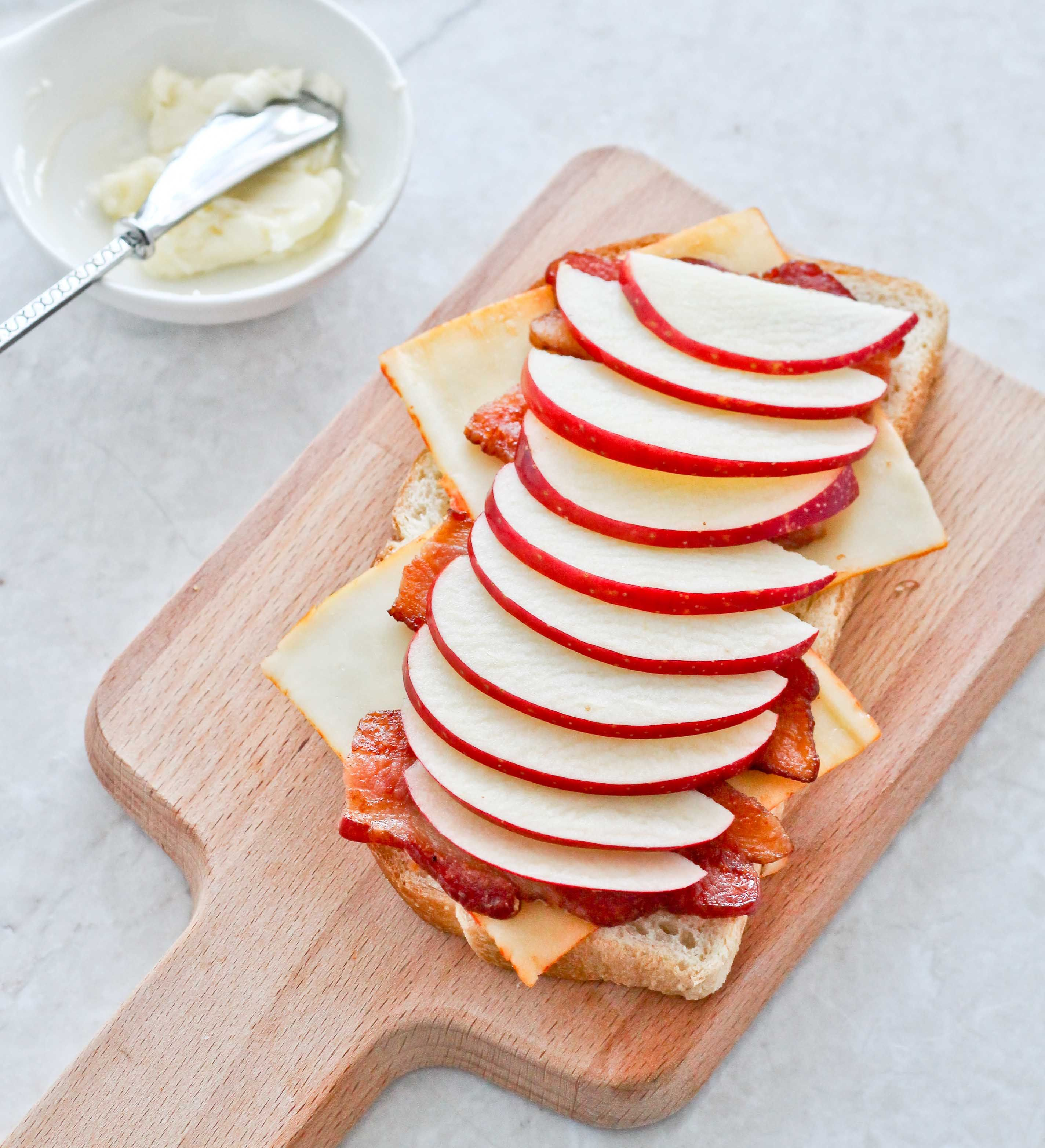 Autumn Apple and Bacon grilled cheese sandwich. #SweeTango #ad